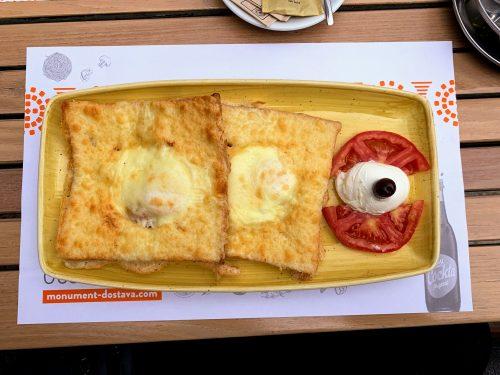 Doručak u croque madame fazonu - lepo, ali bi trebalo da je stigao topao.