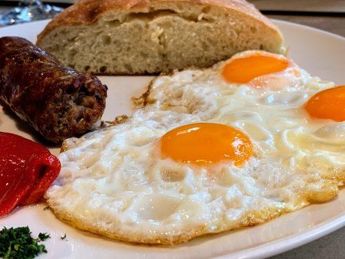 Dobro napravljena jaja na oko i već pomenuta odlična kobasica