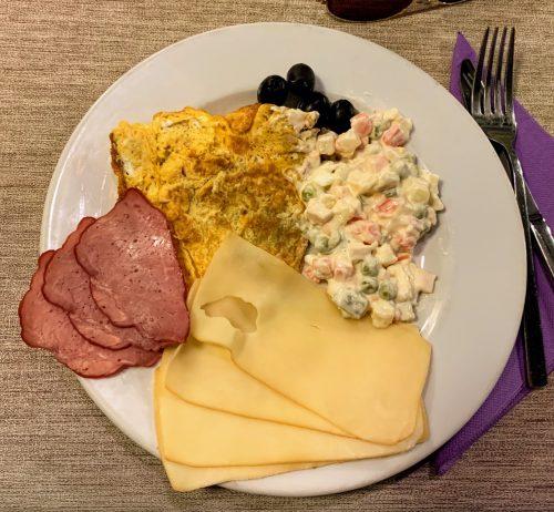 Šunka, kačkavalj, omlet i ruska salata!